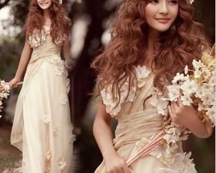 ドレープが美しいスレンダーラインのウェディングドレス