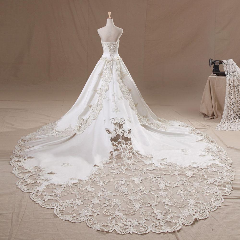 ノーブル&ゴージャス!トレーンの透かしレースが美しいビスチェ×プリンセスラインのウェディングドレス