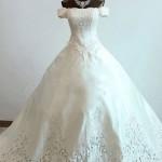 カットレースが美しいAラインオフショルダーの正統派ウェディングドレス【ランディブライダル】