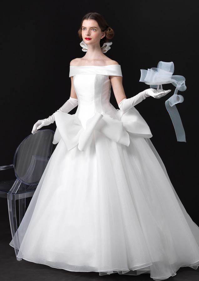 エリ松居ロールカラーのウェディングドレス